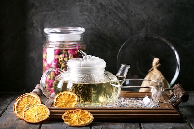 Zielona herbata serwowana w szklanym dzbanku do herbaty