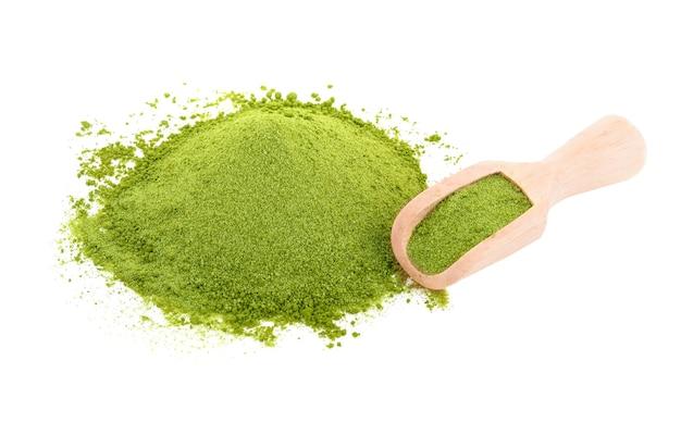 Zielona herbata w proszku na białym tle