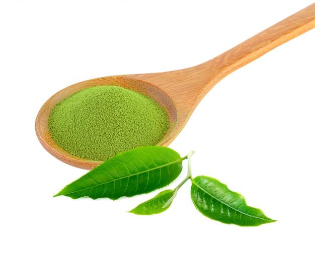 Zielona herbata w proszku w drewnianej łyżce