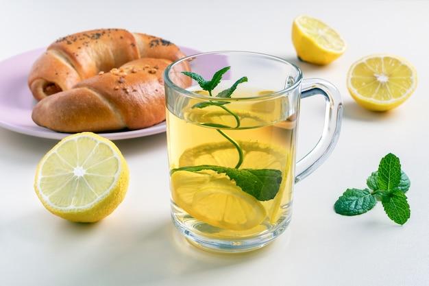 Zielona herbata z cytryną i miętą w szklanym kubku