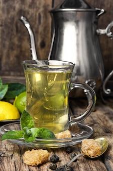 Zielona herbata z limonką i miętą