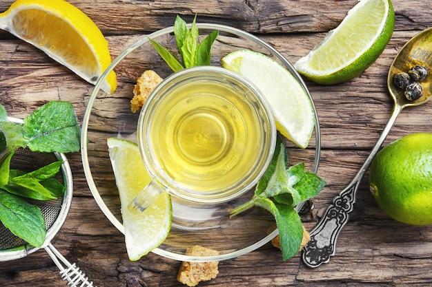 Zielona herbata z limonką, miętą i cukrem