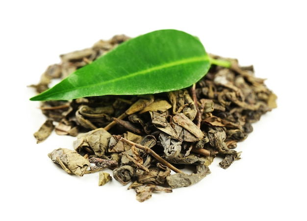 Zielona herbata z liściem na białym tle