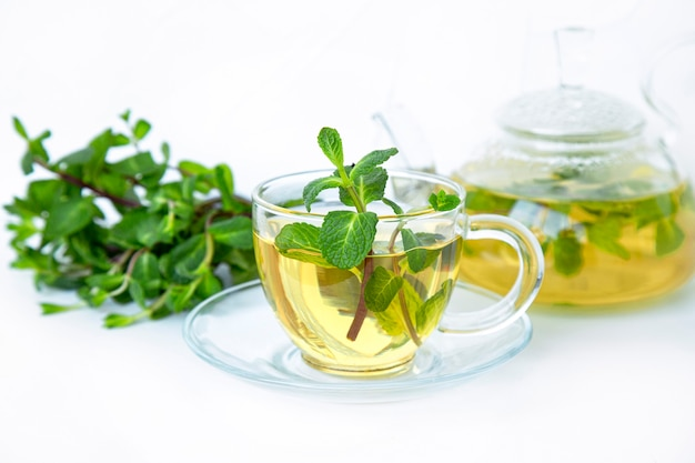 Zielona herbata z miętą w przezroczystej misce. zdrowa żywność bogata w witaminy i przeciwutleniacze.