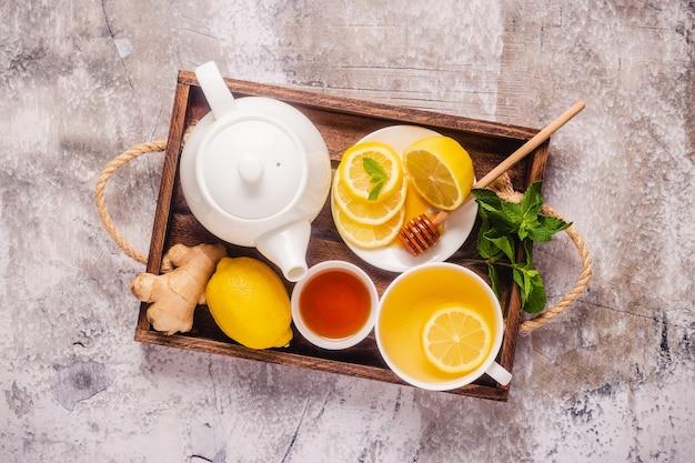 Zielona herbata z miodem cytrynowym, imbirem i miętą, leki wzmacniające odporność i na przeziębienie, widok z góry.