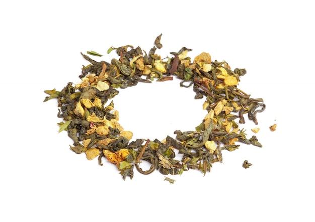 Zielona herbata z suchymi kwiatami odizolowywającymi. ścieśniać