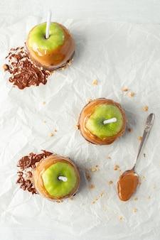 Zielona jabłczana owoc na bielu stole