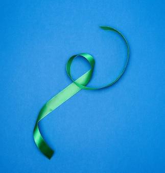 Zielona jedwabna cienka wstążka skręcona na niebiesko