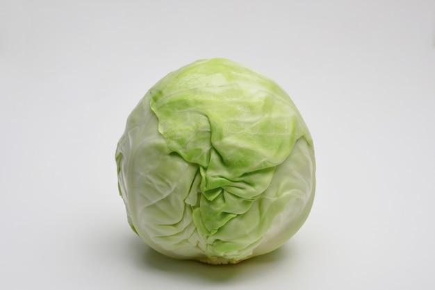 Zielona kapusta na białym tle świeża kapusta na białym tle świeża sałata lodowa
