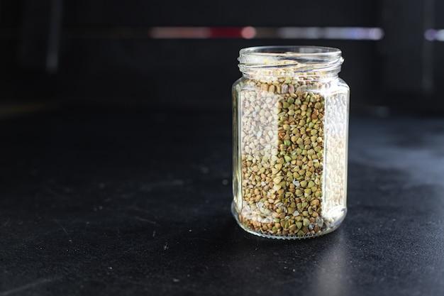 Zielona kasza gryczana surowe ziarno na stole pełnowartościowa żywność zdrowa żywność