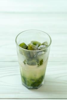 Zielona kostka lodu matcha z mlekiem