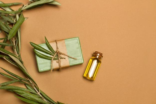 Zielona kostka mydła z liśćmi oliwnymi
