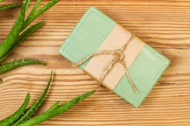 Zielona kostka mydła z rośliną aloesu