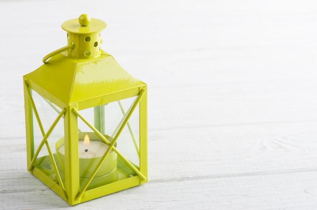 Zielona latarnia z zapaloną świecą
