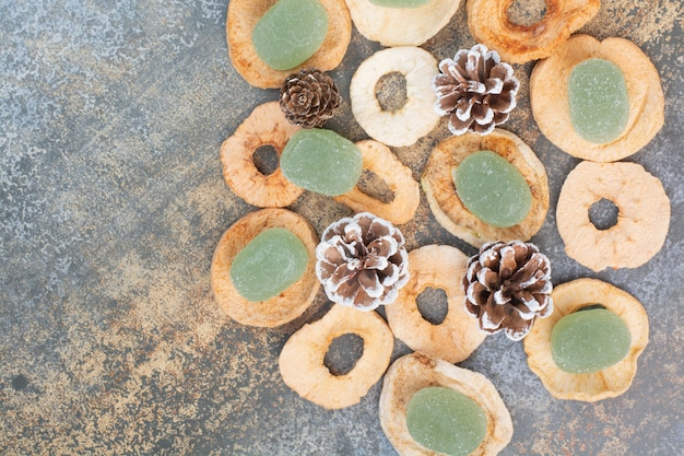 Zielona marmolada z suszonymi owocami i szyszkami na marmurowym tle. wysokiej jakości zdjęcie