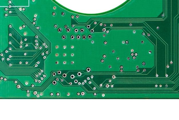 Zielona mechaniczna płytka drukowana z dyskiem twardym, lokalne zbliżenie na białym tle