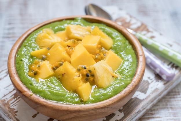 Zielona miska na smoothie z owocami i jarmużem