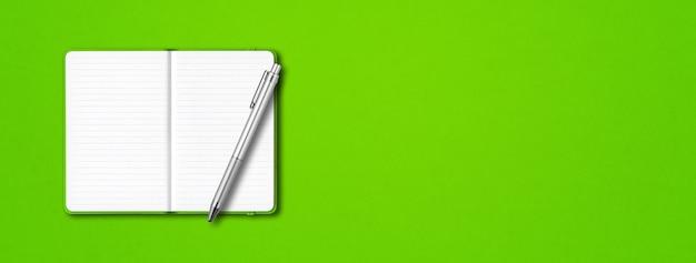 Zielona otwarta makieta notebooka w linie z piórem na białym tle na kolorowe tło. poziomy baner