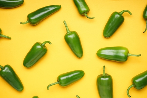 Zielona papryczka chili. grupa papryki jalapeno na białym tle, widok z góry. zbliżenie.