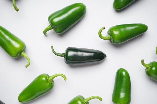 Zielona papryczka chili. grupa papryki jalapeno na białym tle, zbliżenie, widok z góry.