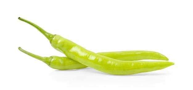 Zielona papryka chili na białym tle