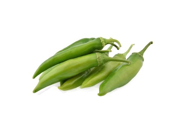 Zielona papryka chili na białym tle.