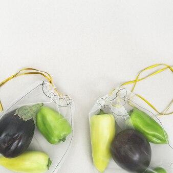 Zielona papryka i bakłażany w ekologicznych torebkach wielokrotnego użytku