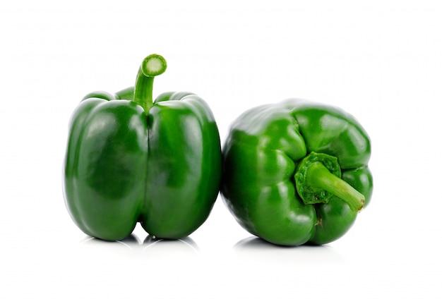 Zielona papryka na białym tle