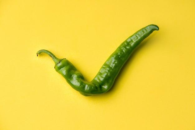 Zielona papryka w formie znacznika wyboru. koncepcja brzydkich produktów
