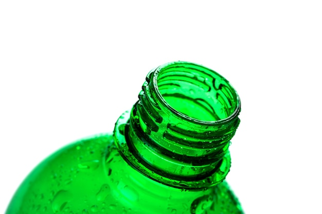Zielona plastikowa butelka wody na białym tle
