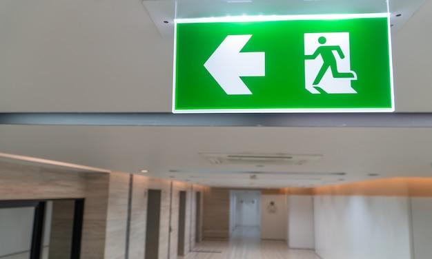 Zielona pożarnicza ucieczka podpisuje wewnątrz i biuro