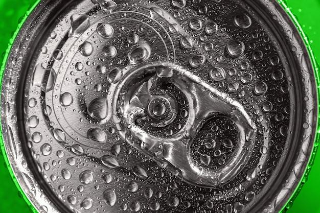 Zielona puszka po napojach w kroplach wody, zbliżenie