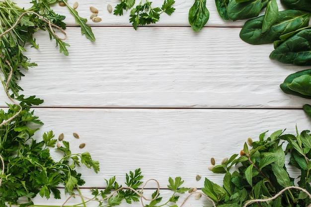 Zielona rama na białego drewnianego tła bezpłatnej przestrzeni