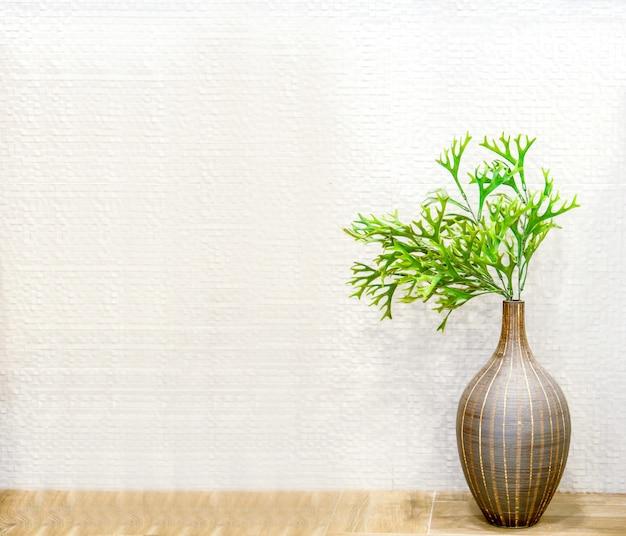 Zielona roślina w ozdobnym brązowym wazonie