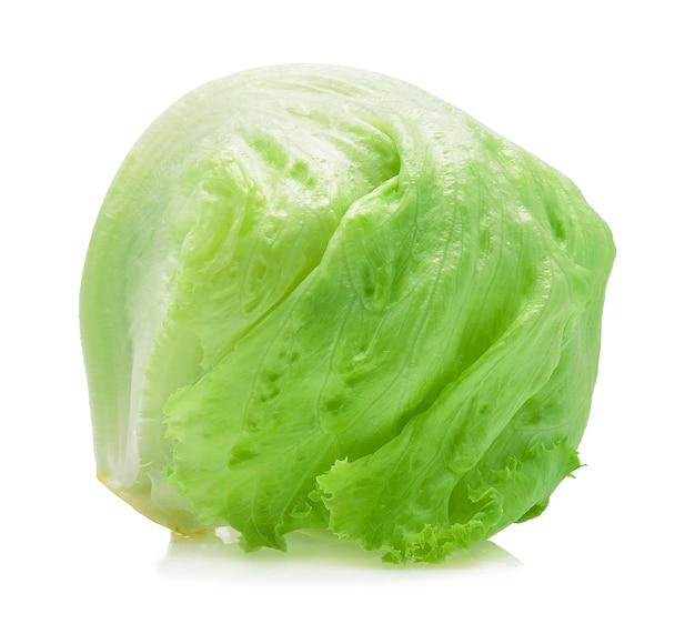 Zielona sałata lodowa na białym tle