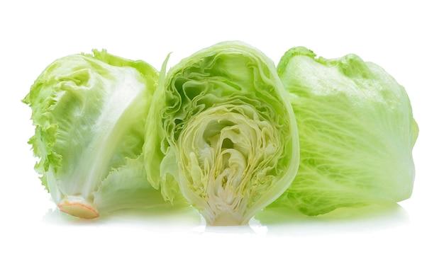 Zielona sałata lodowa na białym tle.