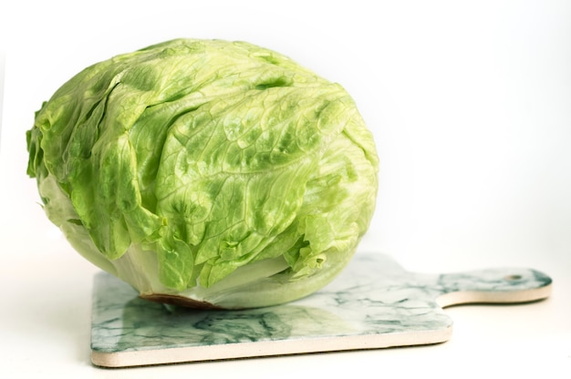 Zielona sałata lodowa na pokładzie na pokładzie marmuru