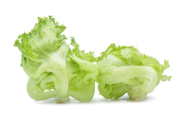 Zielona sałata lodowa z kroplami wody na białym tle.