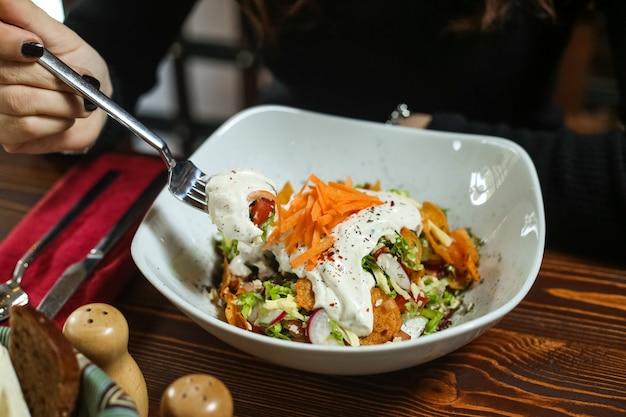 Zielona sałata sałata marchew chipsy rzodkiewka mayyonaise widok z boku