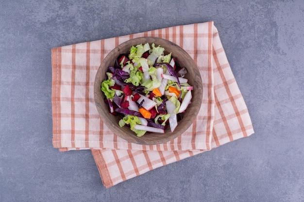 Zielona sałata w talerzu z mieszanymi składnikami.