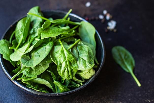 Zielona sałata ze szpinaku i soczystych liści ekologiczna