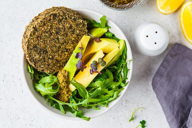 Zielona sałatka z awokado z zielonym kotletem wegańskim