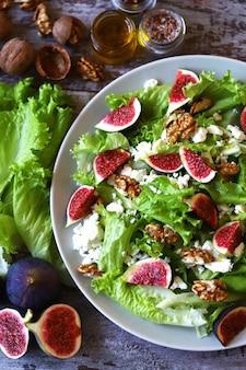 Zielona sałatka z figami i białym serem. sałatka keto dieta ketonowa.