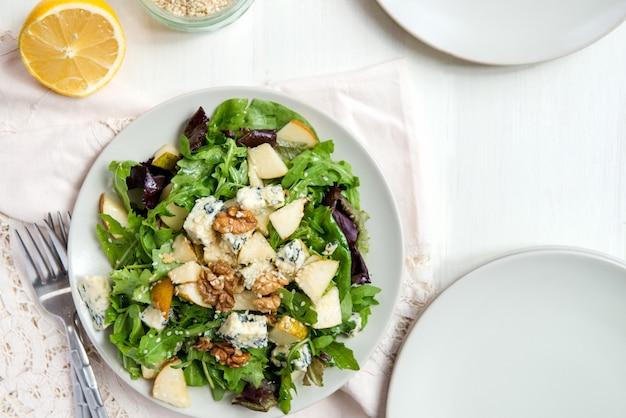 Zielona sałatka z gruszkami, serem pleśniowym, orzechami włoskimi