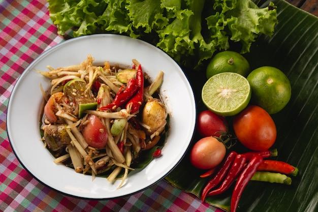 Zielona sałatka z papai, tajskie lokalne jedzenie esan, tajlandia