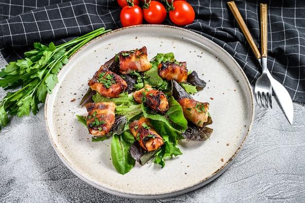 Zielona sałatka z pieczonym kurczakiem piersi owinięte boczkiem wieprzowym.