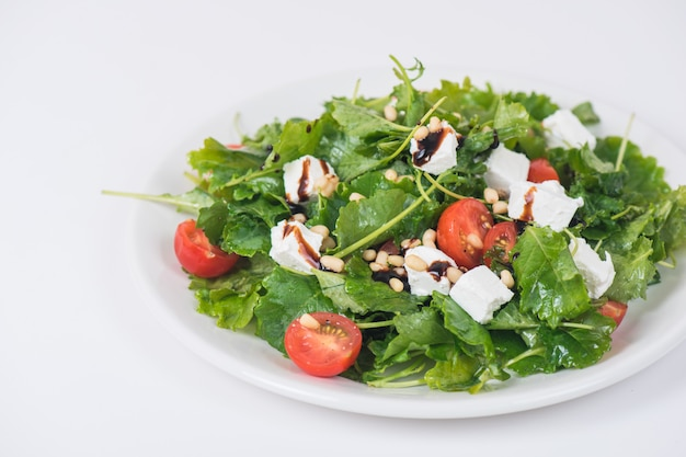 Zielona sałatka z warzywami i serem
