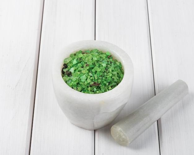 Zielona spirulina ziołowa w zaprawie z białego marmuru