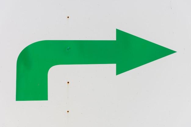 Zielona strzała na białym tle