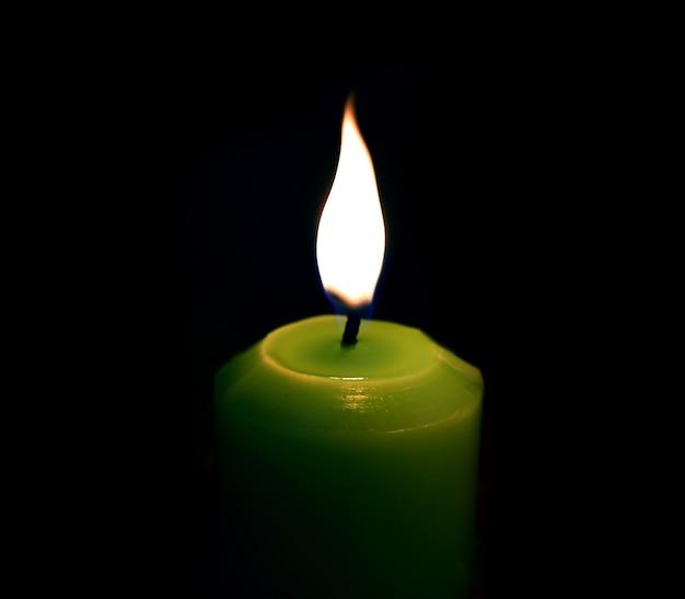 Zielona świeca Na Czarno Premium Zdjęcia